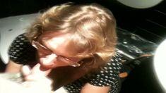 Femme mure cochonne suce un mec dans les toilettes du restaurant