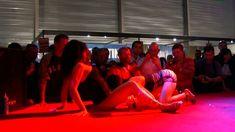 Salon du porno et exhib en public devant une foule de pervers