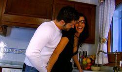 La maitresse de maison reçoit son amant dans sa cuisine