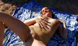 Baise libertine pour cette nudiste qui se fait démoner le cul